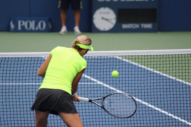 Tennisarm durch Wiederholungen beim Tennisgrundschlag