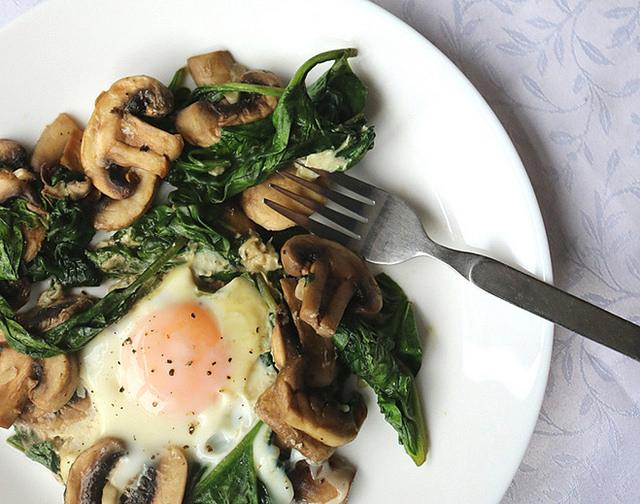 typisches Frühstück der Keto-Diät